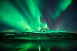 aurora borealis green mountains